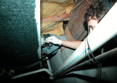 055-crawl-space-applying-mastic-to-connection
